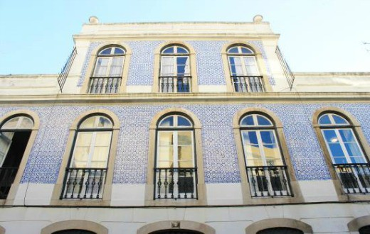 how to get from lisbon airport to yes hostel